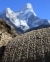 Ewiges Gebet Om mani padme hum mit Ama Dablam, Nepal (6814 m)